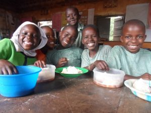 Group of children smilingeating their lunch together