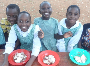 group of kids eating lunch together